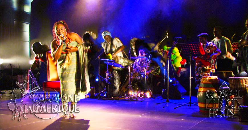 Warmth of Caravane d'Afrique festival with Amtha Kol (performing a song here in traditional attire) with her guests on stage.